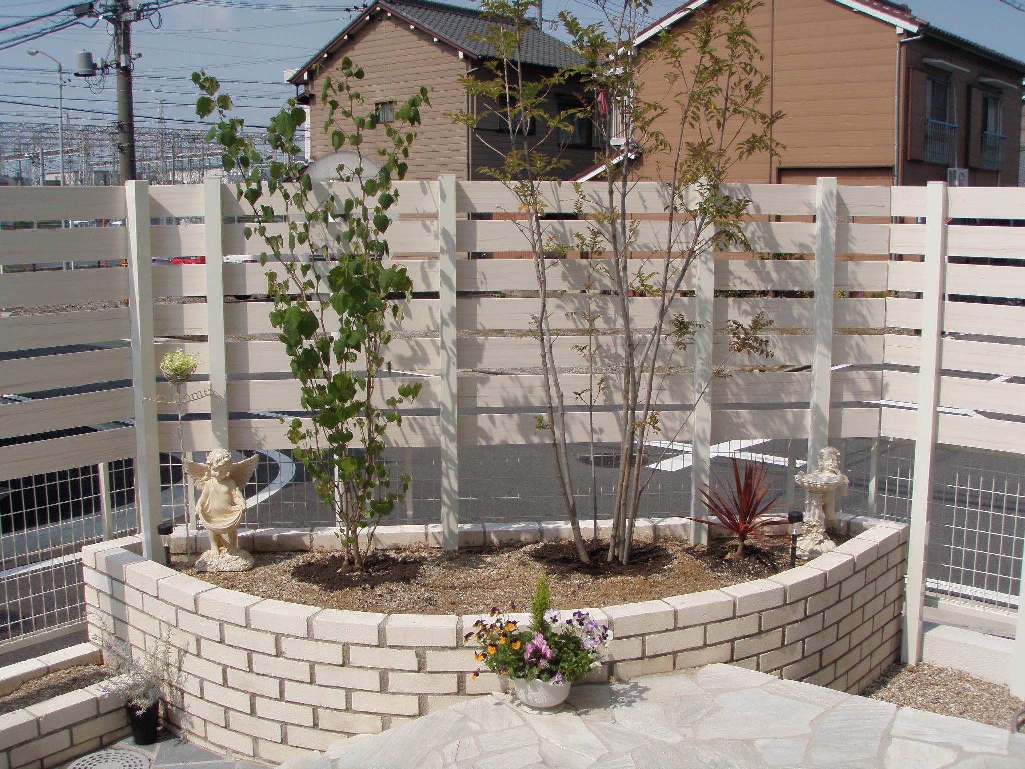 白系の色合いで統一した、ガーデニングも楽しめるお庭へ(名古屋市港区N様邸)